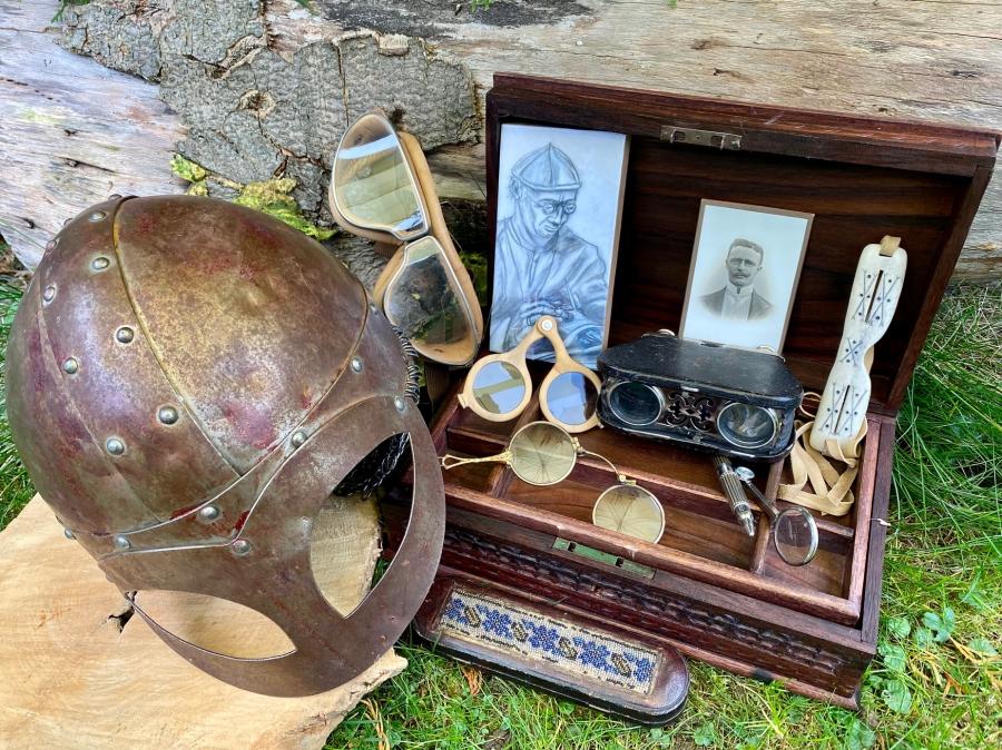 """Ein kleiner Auszug der ausgestellten Brillenschätze (von links nach rechts): Wikinger-Brillenhelm, Fliegerbrille analog dem Film """"Quax der Bruchpilot"""" 1941, Nietbrille, Lorgnette, Falt-Opernglas, Augenmagnet und Inuit-Brille."""